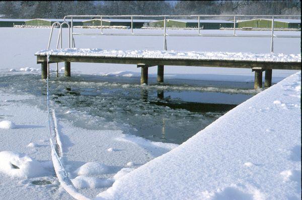 winterliche Brücke am Volksbad